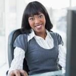 femme d'affaires décontractée travaillant sur ordinateur — Photo