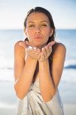 брюнетка женщина, дует воздушный поцелуй — Стоковое фото
