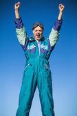 Vrouw dragen ski pak juichen — Stockfoto