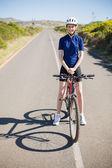 Mujer sonriente con bicicleta de carretera — Foto de Stock