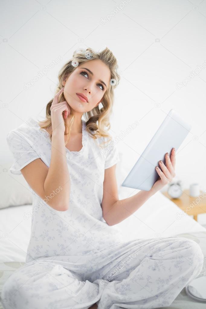 Милая блондинка на кровати