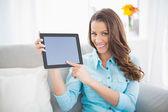 Lockande brunett visar sin Tablet Pc-skärmen — Stockfoto