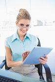 Ler affärskvinna glasögon använder tablet — Stockfoto