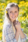 Schöne frau mit blume im haar — Stockfoto