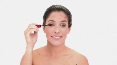 Thoughtful brunette woman applying mascara — Stock Video