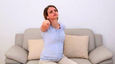Zwangere vrouw haar pijnlijke nek wrijven op de bank — Stockvideo
