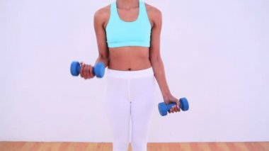 Fit woman lifting hand weights — Stok video