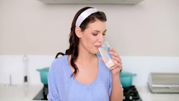 Hermosa morena bebiendo un vaso de agua — Vídeo de stock