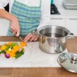 Close up on woman chopping vegetables — Stockfoto