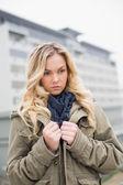 Беспокоит модные блондинка позирует на улице — Стоковое фото