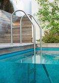 Escada de metal em uma piscina — Fotografia Stock