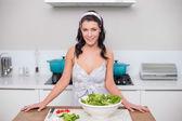 Souriant salade rendant jolie brunette — Photo