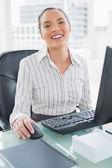 Happy buinesswoman working on computer — Stok fotoğraf