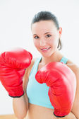 赤いボクシング用グローブで美しい若い女性のクローズ アップ — ストック写真