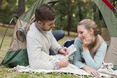 Çadırda yatan bir harita ile genç bir çift — Stok fotoğraf