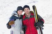 Karda kayak kurulları ile gülümseyen iki portresi — Stok fotoğraf