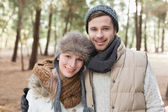 Couple in winter clothing in the woods — Stockfoto