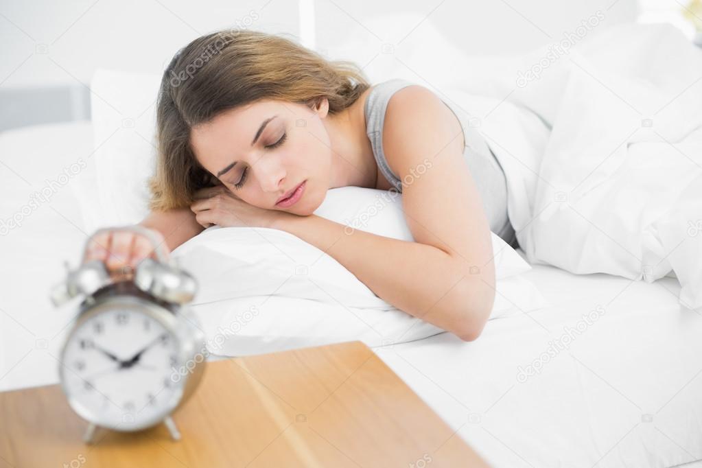 躺在她床上睡觉的可爱安静的女人