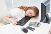 Imprenditrice appoggiato la testa sulla tastiera all'ufficio — Foto Stock
