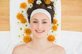 Bella donna con fiori nel salone di bellezza — Foto Stock