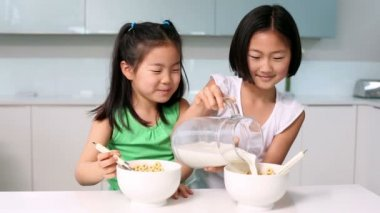 Two girls eating cereal — Stock Video