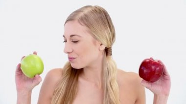 Happy nude blonde holding red and green apples — Stock Video
