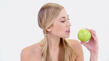 Happy nude blonde holding green apple — Stock Video