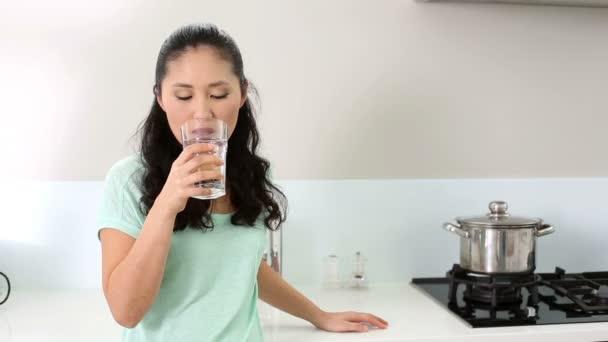 Vaso de agua mujer sonriendo — Vídeo de stock
