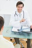 Docteur examen aux rayons x avec le patient au bureau — Photo