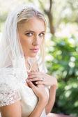 Blond panna młoda w welon, trzymając ręce na piersi — Zdjęcie stockowe