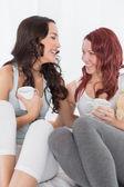 Alegres amigas charlando con un café en la cama — Foto de Stock