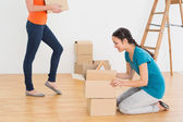 Two friends moving together in a new house — Stock Photo