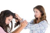 En colère de jeune femme tirant féminine cheveux dans un combat — Photo