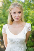 Blonda vackra bruden ler mot kameran — Stockfoto