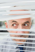 Bliska biznesmena wgląd przez żaluzje — Zdjęcie stockowe