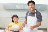 Mann mit seiner Tochter vorbereiten Cookies in Küche — Stockfoto