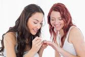 Muito jovem, pintando as unhas do amigo sorridente — Fotografia Stock