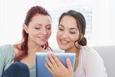 Primer plano de jóvenes amigas usando tableta digital — Foto de Stock