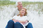 Coppia senior romantica rilassante in spiaggia — Foto Stock