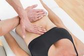 Mitte Abschnitt von einem Physiotherapeuten massieren Frauenkörper — Zdjęcie stockowe