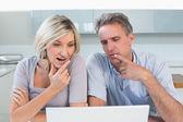 Casal usando o laptop na cozinha — Foto Stock
