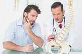 男性医師を患者に背骨を説明します。 — ストック写真