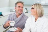Gelukkig verliefde paar met koffiekopje in keuken — Stockfoto