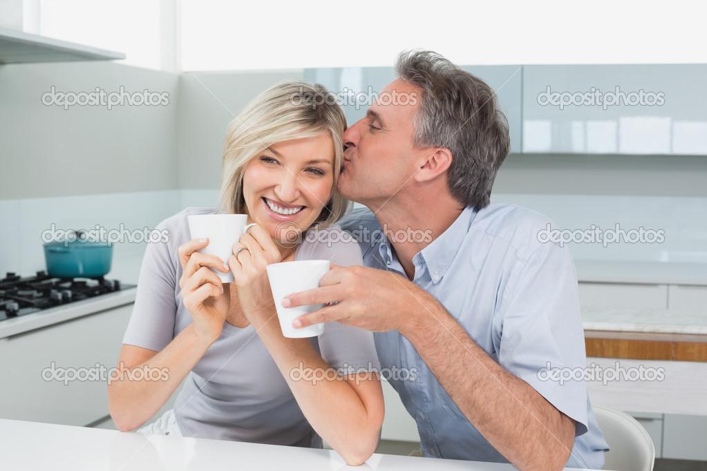 couple damoureux avec des tasses de caf dans la cuisine photographie lightwavemedia 38982247. Black Bedroom Furniture Sets. Home Design Ideas