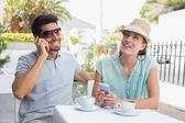 Met mobiele telefoons bij coffee shop (echt) paar — Stockfoto