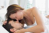 Genç çift, birlikte yatakta rahat — Stok fotoğraf