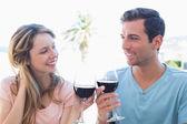 Jeune couple grillage verres à vin — Photo