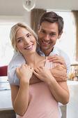 Homem abraçando a mulher por trás em casa — Fotografia Stock