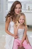 母亲和女儿坐在床上的肖像 — 图库照片