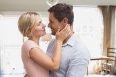 Casal apaixonado olhando uns aos outros em casa — Foto Stock